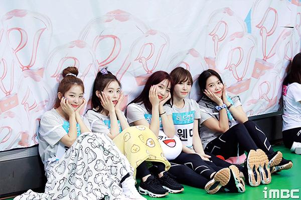Red Velvet luôn ngồi cùng một chỗ, cùng nhau chụp ảnh hoặc tranh thủ ngủ giữa giờ nghỉ ngơi.