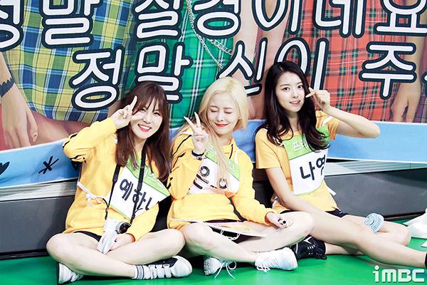 3 thành viên nhóm Pristin ngồi cạnh nhau buôn chuyện khi không có lượt thi đấu.