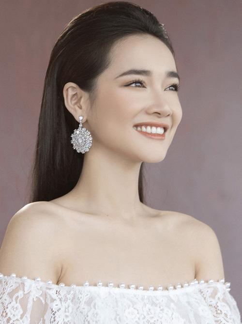 Cách trang điểm nhẹ nhàng vừa giúp Nhã Phương khoe được làn da trắng, đường nét thanh thoát, vừa giúp cô thêm phần mong manh phù hợp với phong cách mình theo đuổi.
