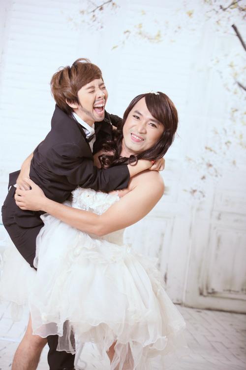 4 năm yêu nhau, cả hai kỷ niệm bằng bộ ảnh cưới hoán đổi giới tính. Thu Trang bất ngờ chuẩn men, trong khi ông xã lại nữ tính với đầm xòe. Những tình huống, biểu cảm mà họ tạo ra tiếp tục mang đến bộ ảnh cưới có 1-0-2.