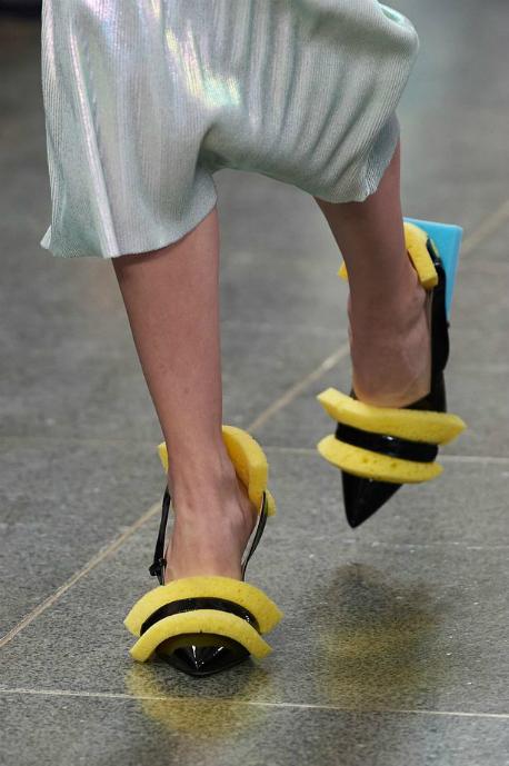 Đôi giày được thiết kế với những miếng bọt biển màu vàng và lam.
