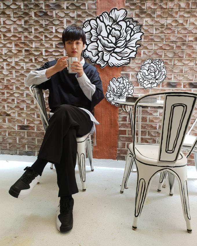 <p> Nam diễn viên Shin Won Ho của <em>Huyền thoại biển xanh </em>khoe hình trên trang cá nhân.</p>
