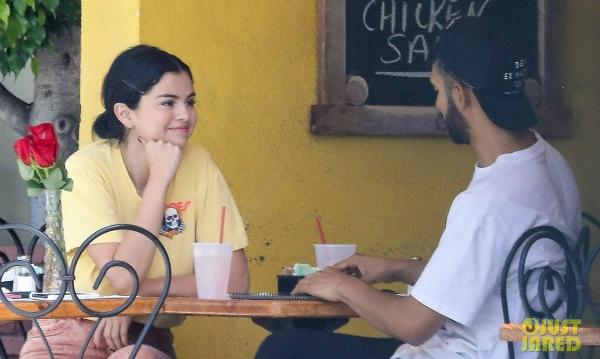 Selena vui vẻ ăn trưa cùng một chàng trai bí ẩn ngày 22/9.