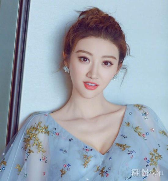 Cảnh Điềm có tên khai sinh là Cảnh Điền, kết hợp họ của bố và của mẹ. Dù cái tên này có ý nghĩa tượng trưng cho hạnh phúc nhưng nghệ danh Cảnh Điềm hay và phù hợp với nữ diễn viên hơn nhiều. Điềm có nghĩa là ngọt ngào, cách đọc cũng giống Điền trong tiếng Trung.