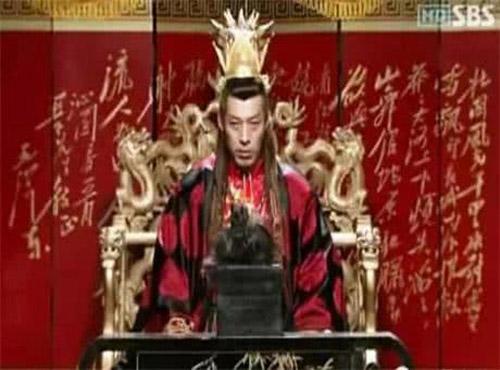 Trong bom tấn cổ trang Hàn Quốc Yeon Gaesomun cũng có lỗi sai do thiếu hiểu biết. Nhân vật trong ảnh là vua nhà Đường nhưng chữ trên bức bình phong ở phía sau nhà vua là từ bài thơ Thấm viên xuân - Tuyết của Mao Trạch Đông.