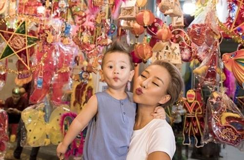 Thảo Trang vui đùa bên con trai gần 2 tuổi ở phố đèn lồng nhiều màu sắc.