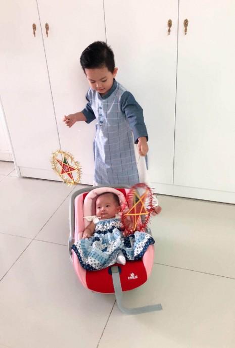 Con trai nhà Khánh Thy - Phan Hiển thích thú khi được tặng áo dài,