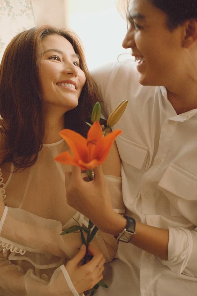 <p> Dù thế, cô vẫn đặt niềm tin vào cuộc tình đang trải qua. Cô vẫn yêu hết mình và nuôi dưỡng tình cảm bằng cách thường nghĩ về kỷ niệm của cả hai.</p>