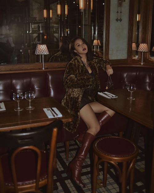 Chưa cần trời lạnh, Quỳnh Anh Shyn đã diện đồ thể hiện cá tính bất chấp thời tiết. Cô diện áo choàng lông quý phái cùng bộ trang phục tone đen ôm sát và boots cổ cao chất liệu da bóng.