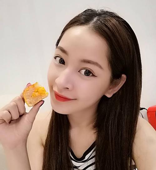 Chi Pu trước khi phá cỗ bánh trung thu phải tranh thủ selfie khoe mặt xinh.