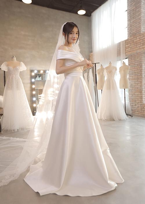 Nhã Phương xinh như nàng thơ, khoe vòng một nóng bỏng trong bộ váy cưới thứ hai