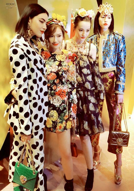 4 đại diện châu Á chụp hình tại hậu trường.