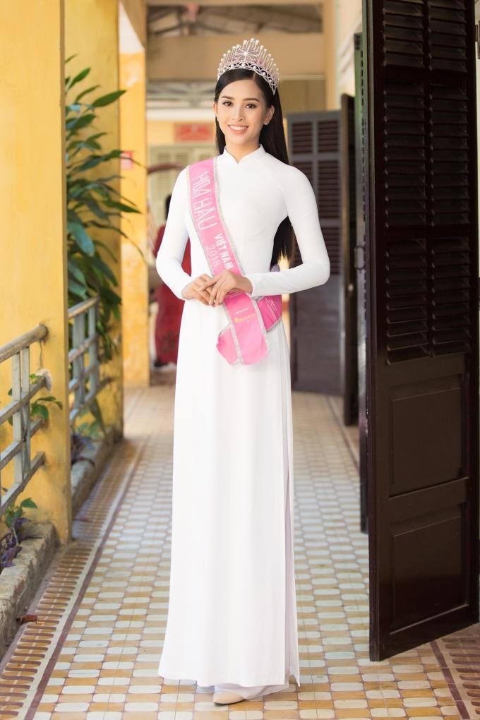 <p> Hoa hậu Trần Tiểu Vy đang ở quê nhà Hội An vài ngày, thăm người thân và tham gia một số hoạt động. Sáng 24/9, tân Hoa hậu về thăm trường cũ - THPT Trần Quý Cáp, Hội An. Đây là mái trường Tiểu Vy theo học trước khi vào Sài Gòn.</p>