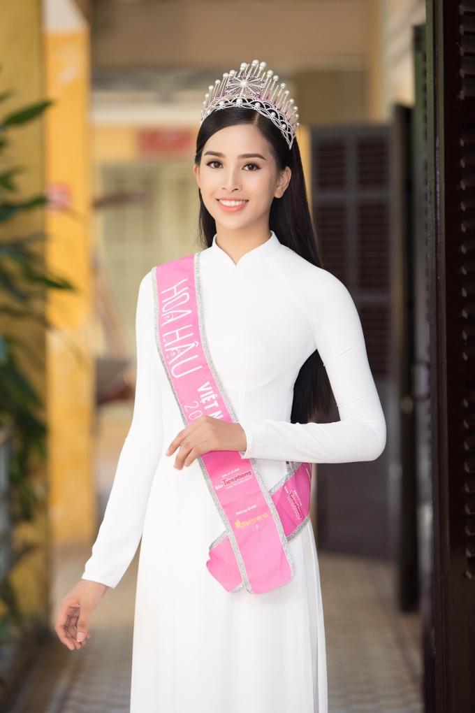 <p> Người đẹp diện áo dài trắng của NTK Ngô Nhật Huy khoe vẻ tinh khôi. Tiểu Vy chỉ vừa kết thúc đời học sinh cách đây vài tháng nên mọi cảm xúc còn nguyên vẹn.</p>