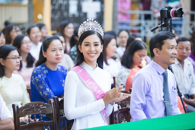 <p> Trong buổi lễ chào cờ, Hoa hậu Tiểu Vy cùng thầy trò trường THPT Trần Quý Cáp làm lễ và nghe lại bài hát hành khúc của trường.</p>