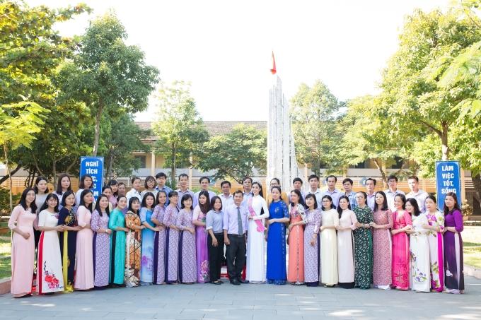 <p> Tiểu Vy chụp ảnh cùng các thầy cô giáo. Thầy trò trường THPT Trần Quý Cáp tự hào khi trường mình có một hoa hậu xinh đẹp.</p>