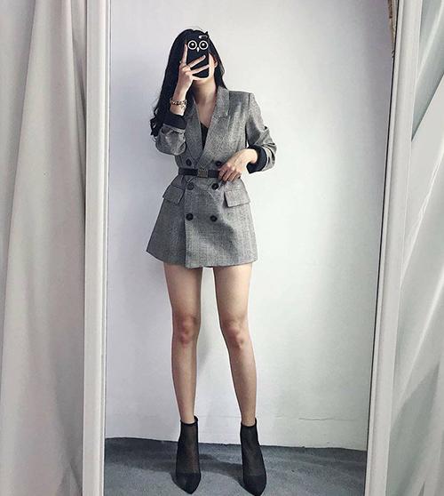 Nếu thấy những cách mặc blazer thông thường đã quá an toàn, bạn có thể biến chiếc áo cứng cáp này thành một kiểu váy ngắn sexy bằng cách kết hợp cùng thắt lưng ngang eo.