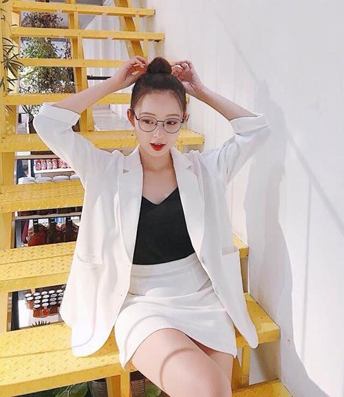 Diện cả bộ áo váy cùng màu trông vừa lịch sự, lại vừa khoe được đôi chân thon mà không đánh mất đi vẻ năng động.