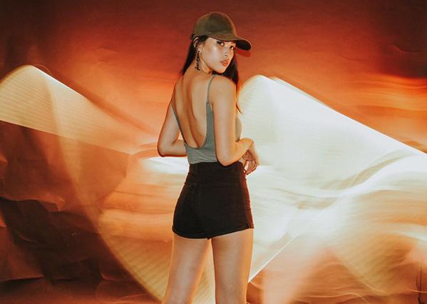 Trước khi đăng quang hoa hậu, cô gái Quảng Nam thường diện đồ khá nóng bỏng, tôn vóc dáng tối đa.