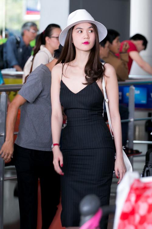Cô nàng sở hữu cả chục chiếc váy đen tương tự nhau, dùng để đi sự kiện lẫn ra sân bay, dạo phố.