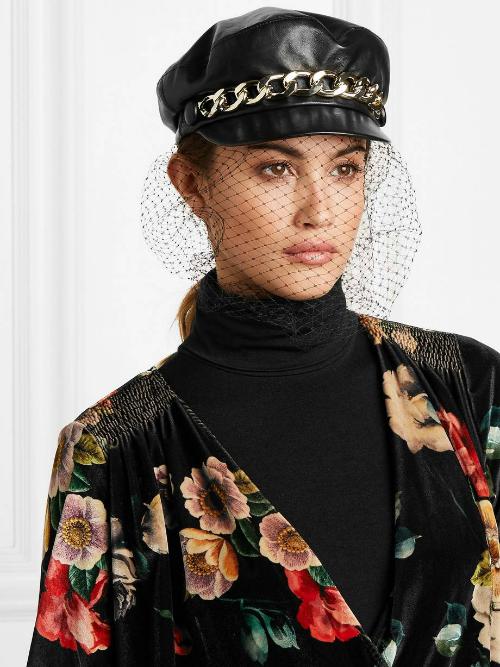 Hiện tại, nhiều NTK đã biến tấu mạng che mặt với nhiều kiểu mũ khác nhau. Trong ảnh là một thiết kế mũ của Eugenia Kim có giá 475 USD.