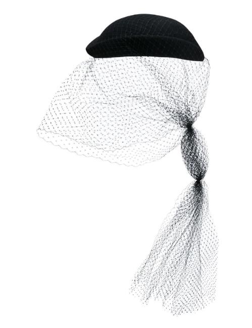 Mũ Gucci giá 560 USD.