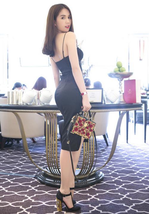 Ngoài váy hai dây đen ngắn đến ngang đùi, người đẹp cũng sắm hàng loạt chiếc váy hai dây dài quá gối, cùng phom ôm sát cơ thể.
