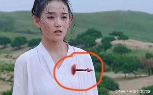 Trong những tập đầu tiên của Sở Kiều truyện, nhiều khán giả đã phẫn nộ khi nhìn thấy cảnh phim giả tạo này. Cả mũi tên và vết thương trong cảnh phim này trông đều không thật.