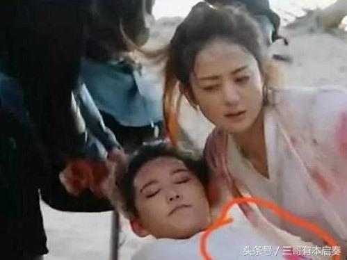 Sang ngay trong cảnh tiếp theo, khi được Sở Kiều quay lại cứu, mũi tên trên người cô gái này đã biến mất.