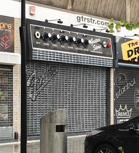Một cửa hàng bán guitar được thiết kế như một bộ Âm-ly.