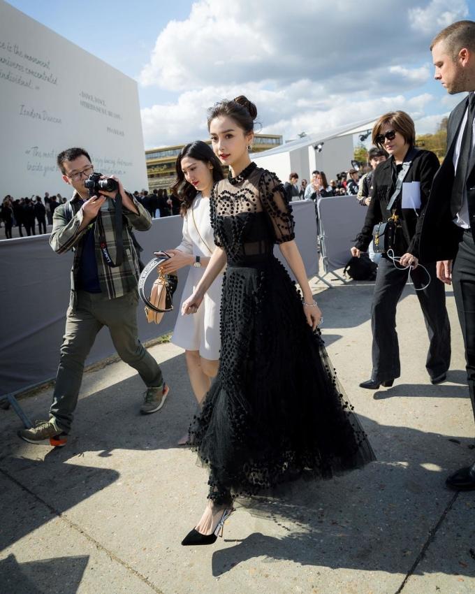<p> Với tư cách là đại sứ thương hiệu Dior tại Trung Quốc, sự xuất hiện của Angelababy thu hút sự quan tâm của truyền thông.</p>