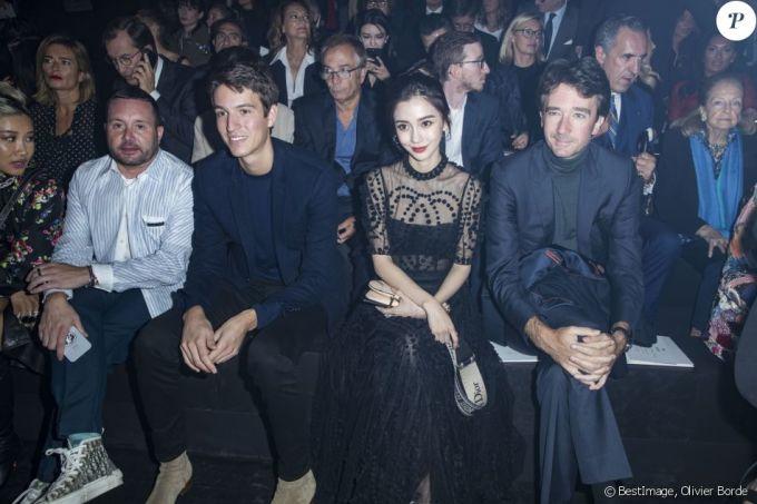 <p> Cô ngồi hàng ghế đầu cạnh những tên tuổi của làng thời trang như Yoon Ahn, Kim Jones, Alexandre Arnault và Antoine Arnault.</p>