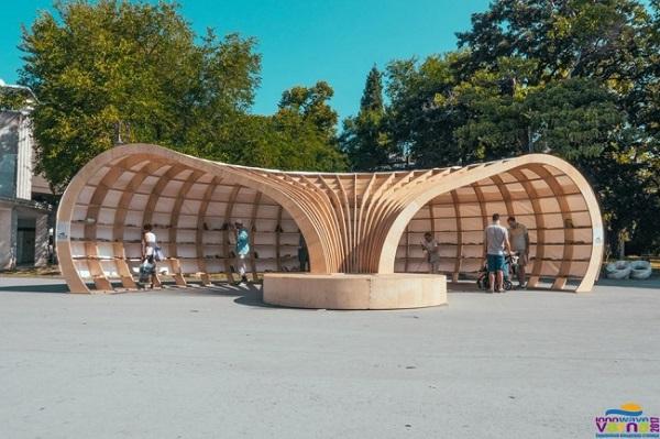 Để cổ vũ văn hóa đọc sách trong môi trường đô thị, một thư viện mở ngoài trời đã xuất hiện ở thành phố Varna, Bulgaria. Công trình này được tạo ra bởi một nhóm các nhà thiết kế địa phương với cấu tạo từ 100% gỗ thiên nhiên. Tác phẩm này chào đón bất kì ai lang thang trên phố đến tìm hiểu và thậm chí&họ có thể lấy một quyển sách bất kì mà họ thích nữa.