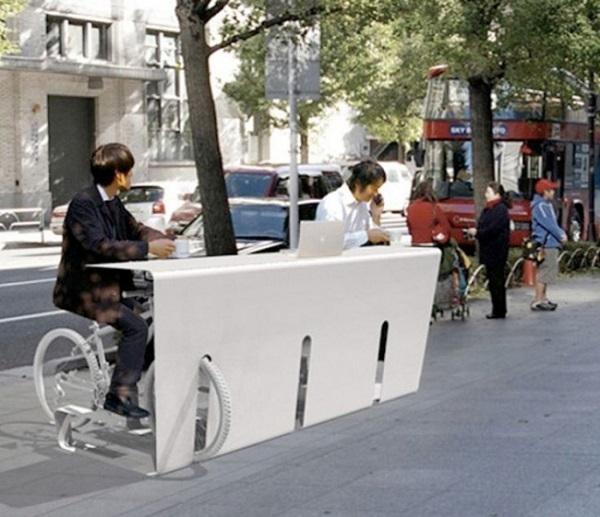 Công ty thiết kế Nhật Bản Store Muu đã tận dụng khoảng trống với một thiết kế đa chức năng như một chiếc bàn và nơi dựng xe đạp. Tác phẩm này được gọi là Pit In - một cái bàn sử dụng chính xe đạp của bạn là ghế ngồi. Vì tại sao chúng ta lại phải xuống xe cơ chứ? Bạn chỉ cầndừng xe và thưởng thức một cốc café nóng.