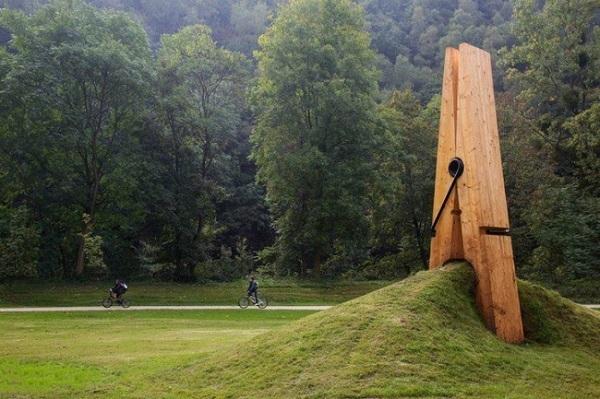 Một cái kẹp quần áo khổng lồ trong công viên. Chiếc kẹp này được thiết kế bởi nghệ sĩ người Thổ Nhĩ Kỳ Mehmet Ali Uysal - một giáo sư nghệ thuật tại Đại học Kỹ thuật Trung Đông. Tác phẩm điêu khắc khổng lồ chỉ là một phần trong một chuỗi các tác phẩm của Uysal dựa trên ảo giác của chúng ta.