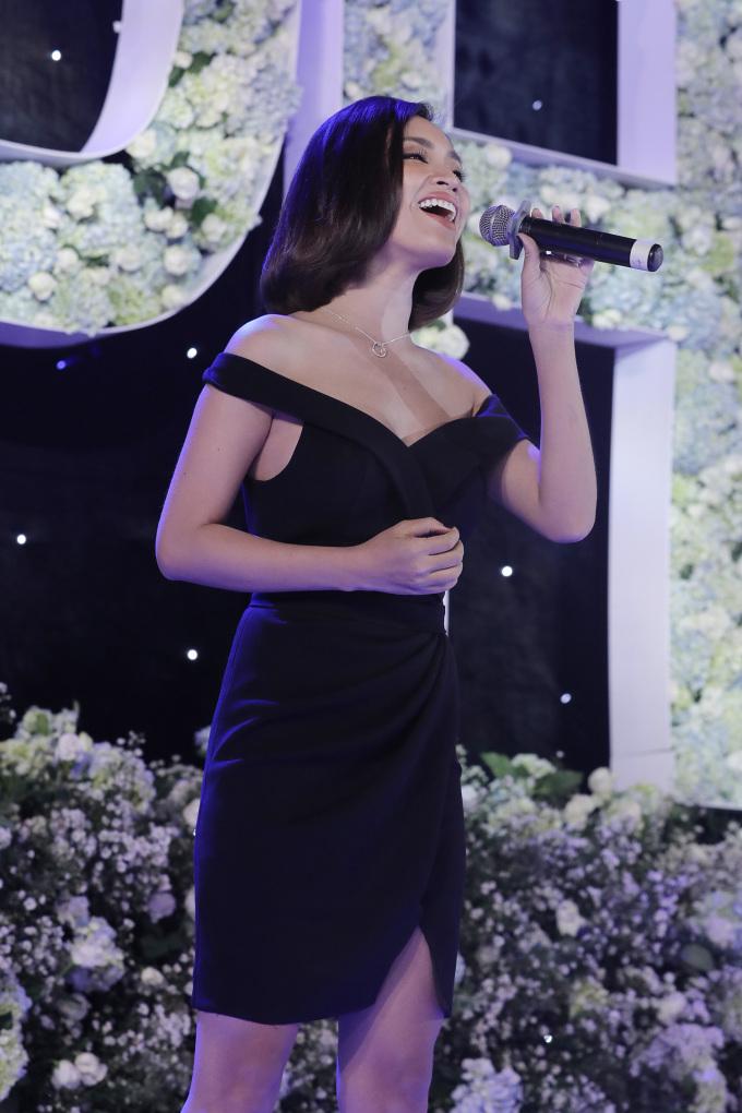 <p> Phan Lê Ái Phương góp vui cho bữa tiệc bằng một ca khúc ngọt ngào.</p>