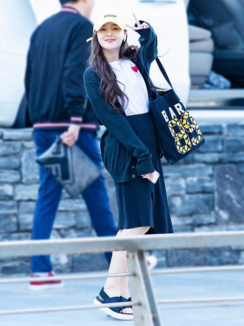 Với cùng chiếc áo khoác cardigan, thành viên Momoland có nhiều cách phối đồ khác nhau. Lúc nữ ca sĩ kết hợp quần jean ống rộng, lúc nữ tính với chân váy.