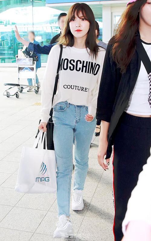 Red Velvet trở về Hàn sau khi hoàn thành lịch trình ở Đài Loan. Wendey kết hợp áo phông Moschino năng động, quần jean và giày thể thao.