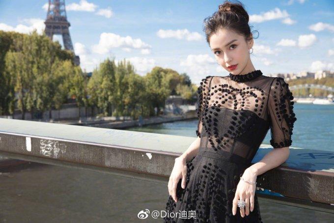 <p> Ngày 24/9, Angelababy có mặt tại thủ đô nước Pháp để tham dự tuần lễ thời trang Paris.</p>