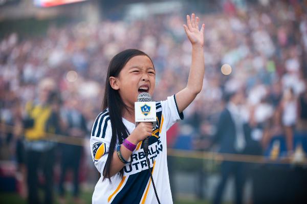 Cô gái 7 tuổi hát quốc ca khiến nước Mỹ ngạc nhiên - 1