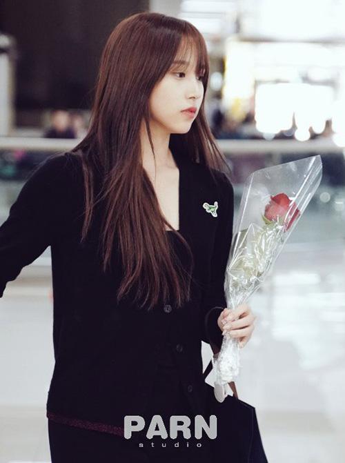 Mina về Hàn sau kỳ nghỉ Trung Thu cùng gia đình. Mỹ nhân của Twice để mặt mộc, mặc set đồ tập thể dục thoải mái, dễ di chuyển.