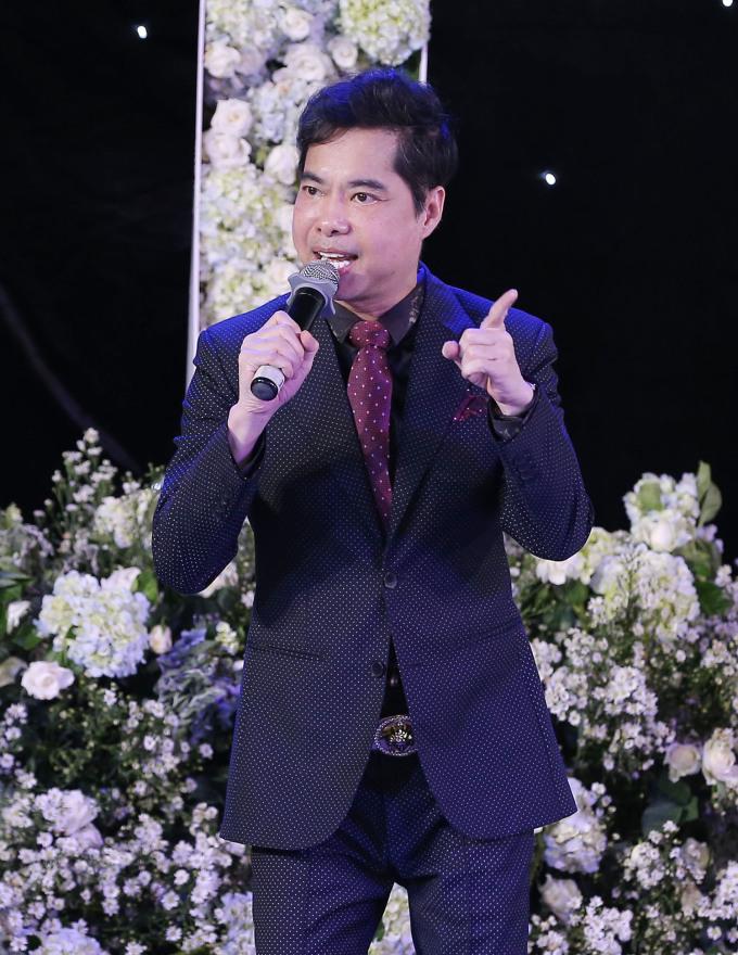 <p> Danh ca Ngọc Sơn cũng góp vui khi hát tặng đám cưới của Trường Giang.</p>