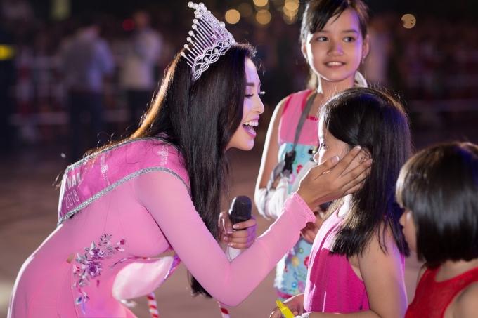 <p> Vẻ thân thiện của Tiểu Vy chiếm được tình cảm của nhiều người dân Quảng Nam.</p>