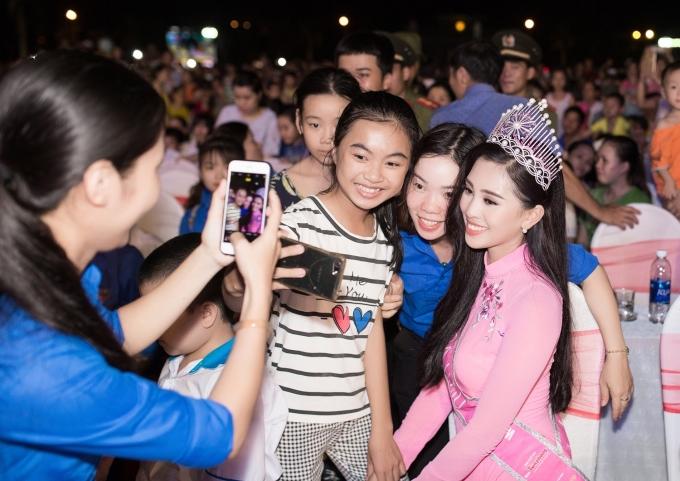 <p> Trần Tiểu Vy bị khán giả vây quanh xin chữ ký và pose hình suốt chương trình.</p>