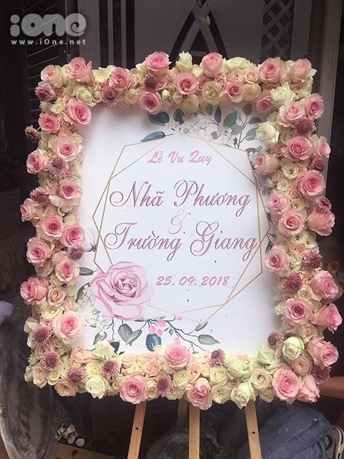 Bảng báo hỷ của cặp đôi được trang trí bằng nhiều hoa hồng.