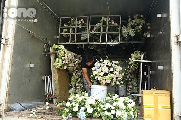 Rất nhiều hoa tươi được chuẩn bị để trang trí cho lễ rước dâu.