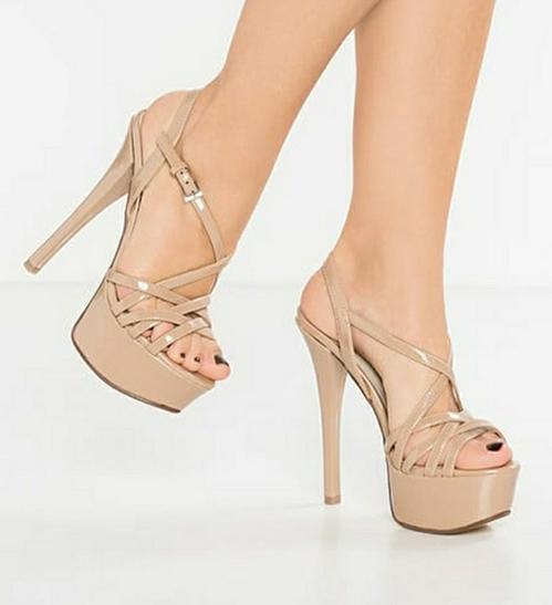 Đôi sandals mà các thí sinh Miss Universe sử dụng có tông màu nude, tiệp với màu da chân để tạo hiệu ứng kéo dài chân hiệu quả. Gót giày cao 15 cm, tuy nhiên được đắp đế cao cả phía trước nên không hề chênh vênh mà rất dễ đi. Quai ngang và quai chéo cũng tăng độ chắc chân, giúp các thí sinh sắc đẹp không cần nhìn xuống vẫn có thể bước uyển chuyển.