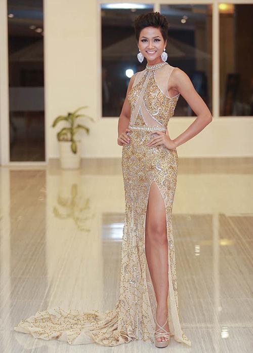 Hoa hậu HHen Niê cũng chi 79,95 USD (khoảng 1,9 triệu đồng) để sở hữu đôi sandals vạn người mê, dễ kết hợp trang phục dự tiệc.