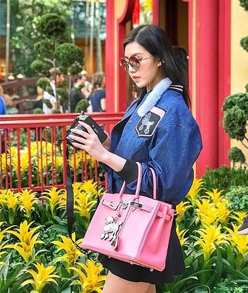Tiểu Giang đang sở hữu hơn chục chiếc túi đến từ thương hiệu cao cấp hàng đầu này. Cô nàng thường phối túi cùng những trang phục nữ tính, toát lên vẻ kiêu sa.