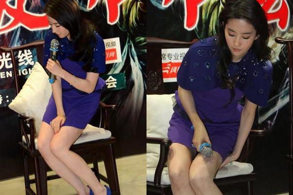 Lưu Diệc Phi cẩn thận giữ váy khi ngồi. Những lúc mặc váy ngắn như này chắc sao nữ nào cũng thà đứng còn hơn.